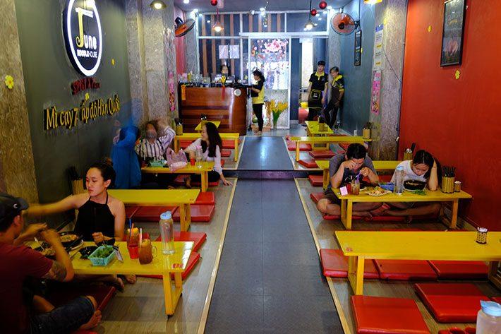 Khong-gian-thuong-thuc-my-cay-tai-June-Noodle-House-2