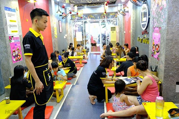Khong-gian-thuong-thuc-my-cay-tai-June-Noodle-House-3